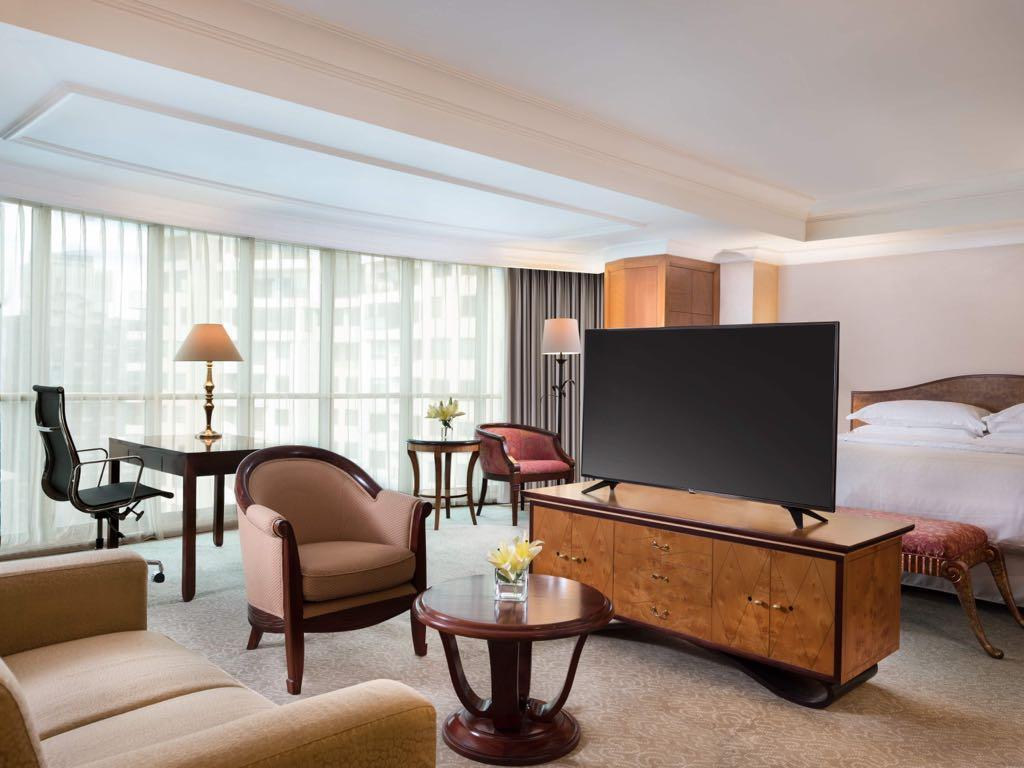 Presidential Suite, Club lounge access, 1 King, City view - Bed