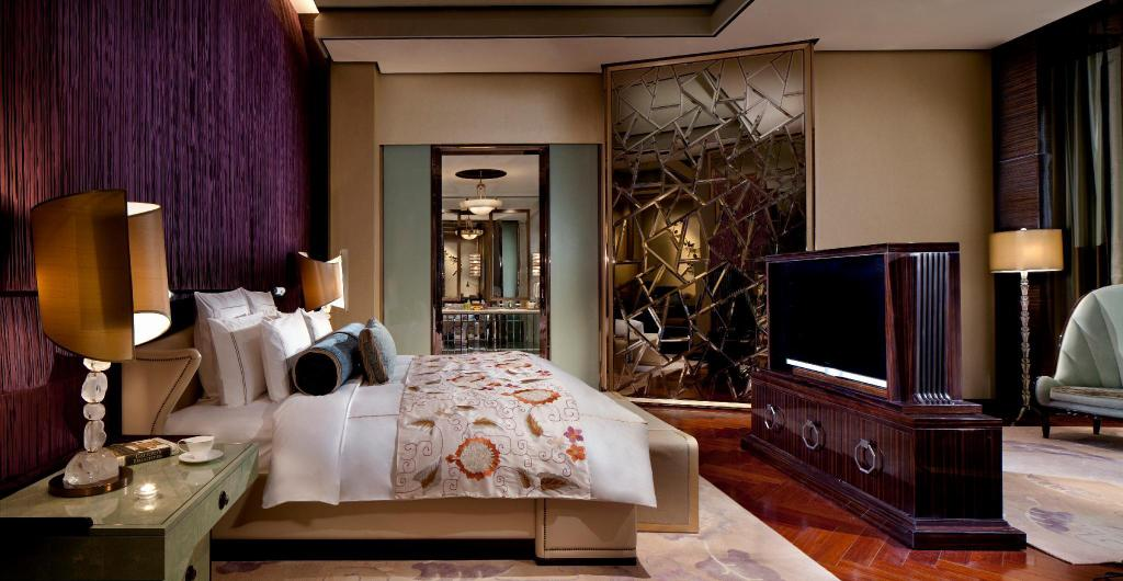 The Ritz-Carlton Suite, Club lounge access, 1 King - Bed
