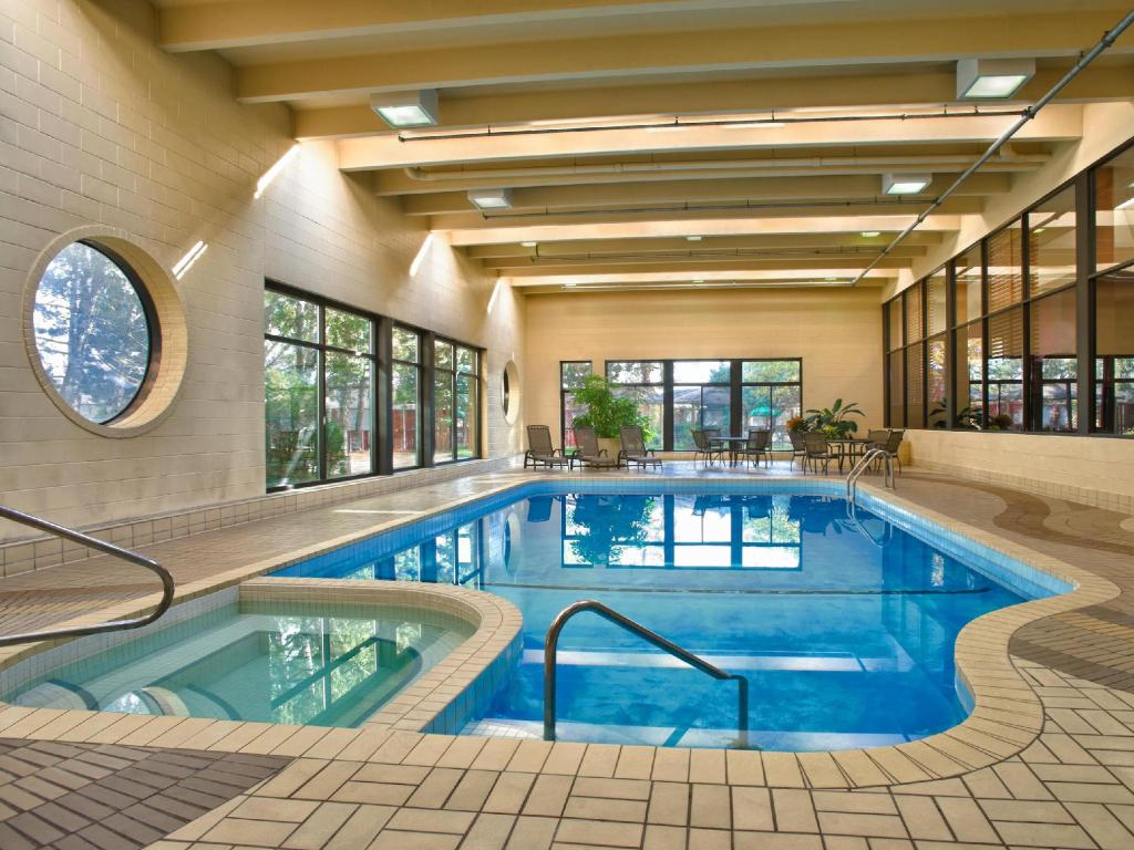 Piscina Four Points by Sheraton Toronto Airport