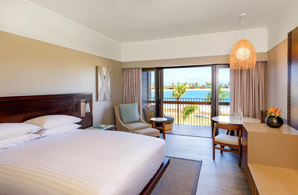 Deluxe Lagoon View, Guest room, 1 King, Lagoon view, Balcony - Seng Fiji Marriott Resort Momi Bay