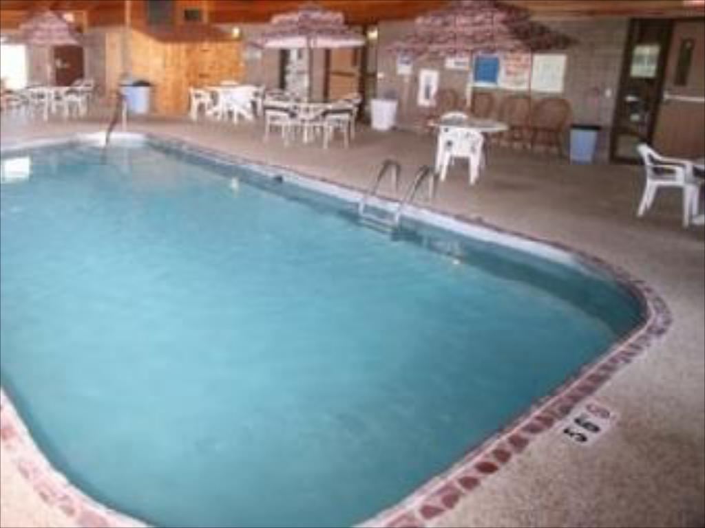 Swimming pool AmericInn Willmar
