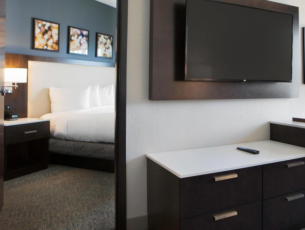 1 King Bed DoubleTree by Hilton Minneapolis University Area