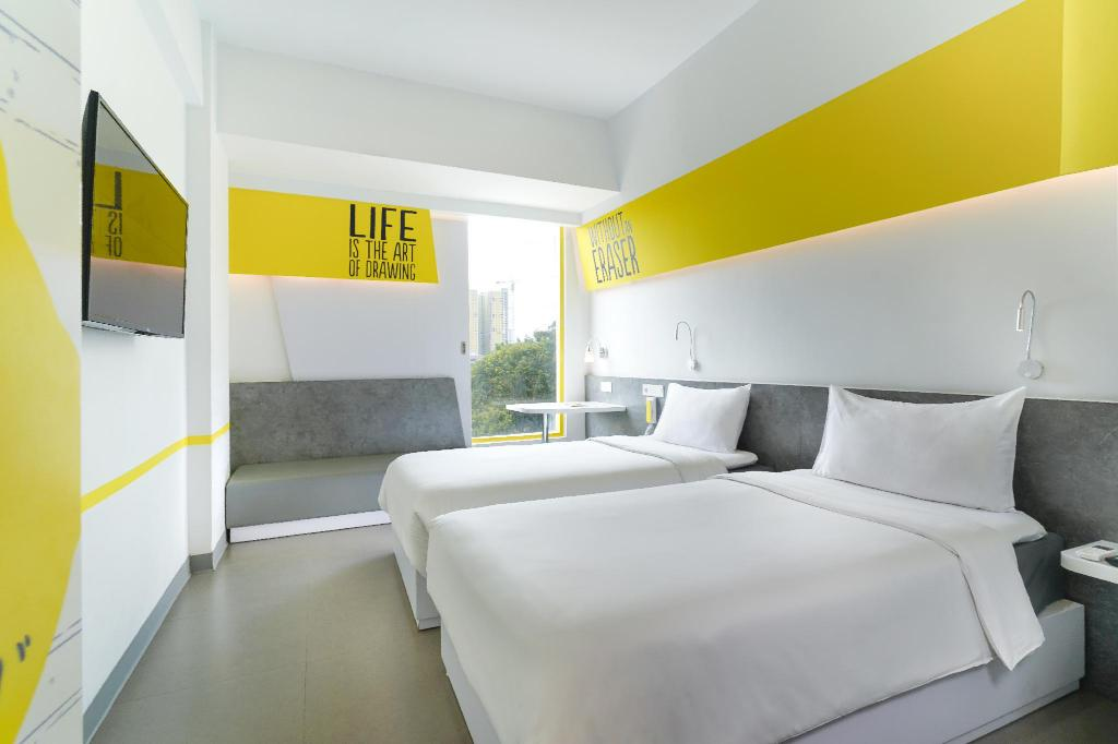 Standard 1 Double Bed or 2 Single Beds - View YELLO Hotel Manggarai