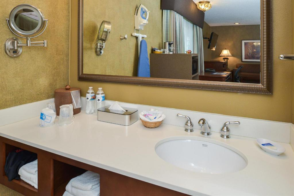 Bathroom Best Western PLUS Black Oak
