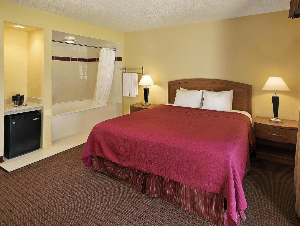 1 King Bed with Hot Tub - No Smoking Best Western Golden Sails Hotel