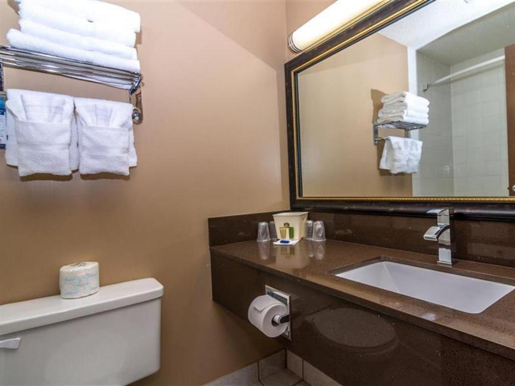 Accessible 2 Queen Beds - Bathroom Best Western Marquis Inn and Suites