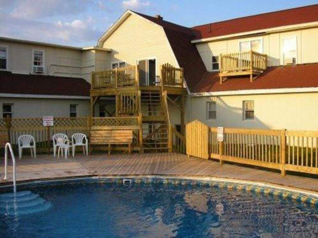 Swimming pool Canadas Best Value Inn & Suites  - Summerside, PE