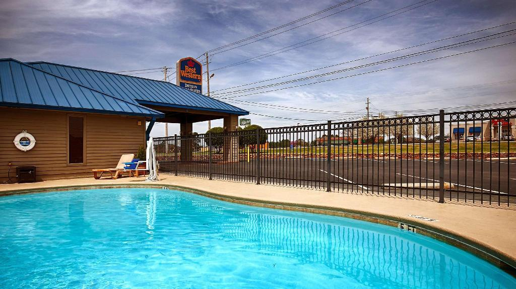 Swimming pool [outdoor] Best Western Dothan Inn and Suites