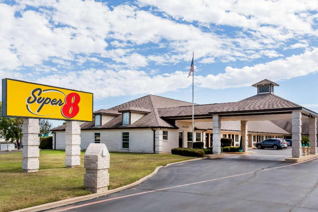 More About Super 8 By Wyndham Cleburne