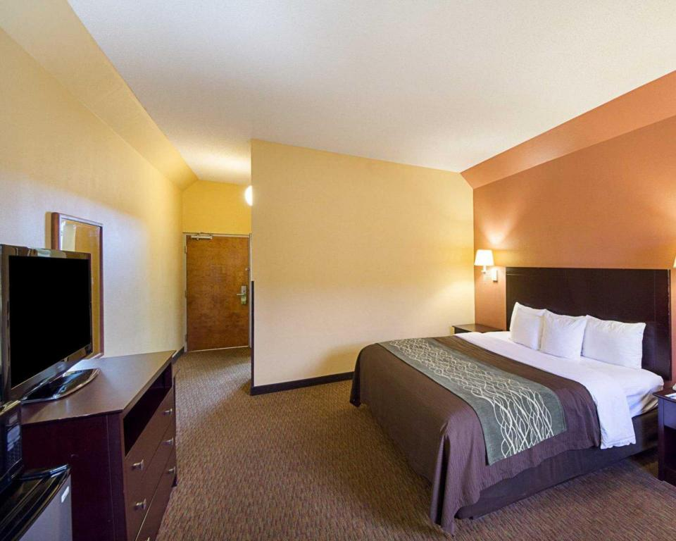 1 King Bed Nonsmoking - Guestroom Comfort Inn Near Medical Center