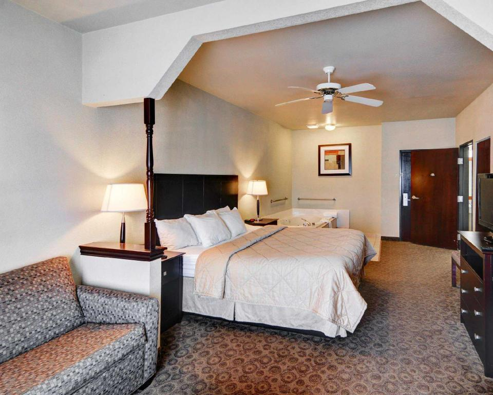 King Room - Non-Smoking - Guestroom Quality Inn and Suites Terrell