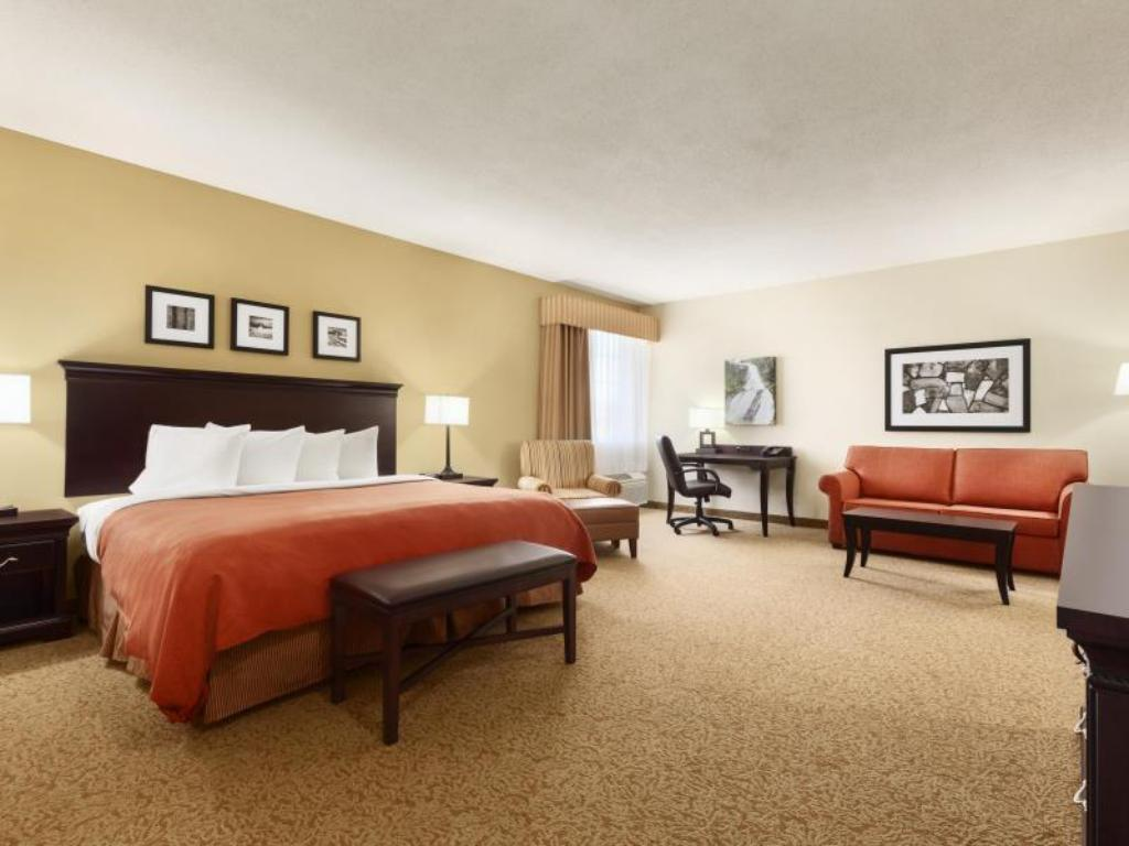 Junior Suite with King Bed - Guestroom Country Inn & Suites by Radisson Eagan MN