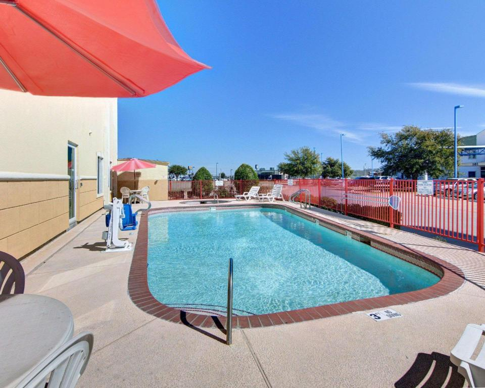 Swimming pool [outdoor] Quality Inn and Suites Terrell