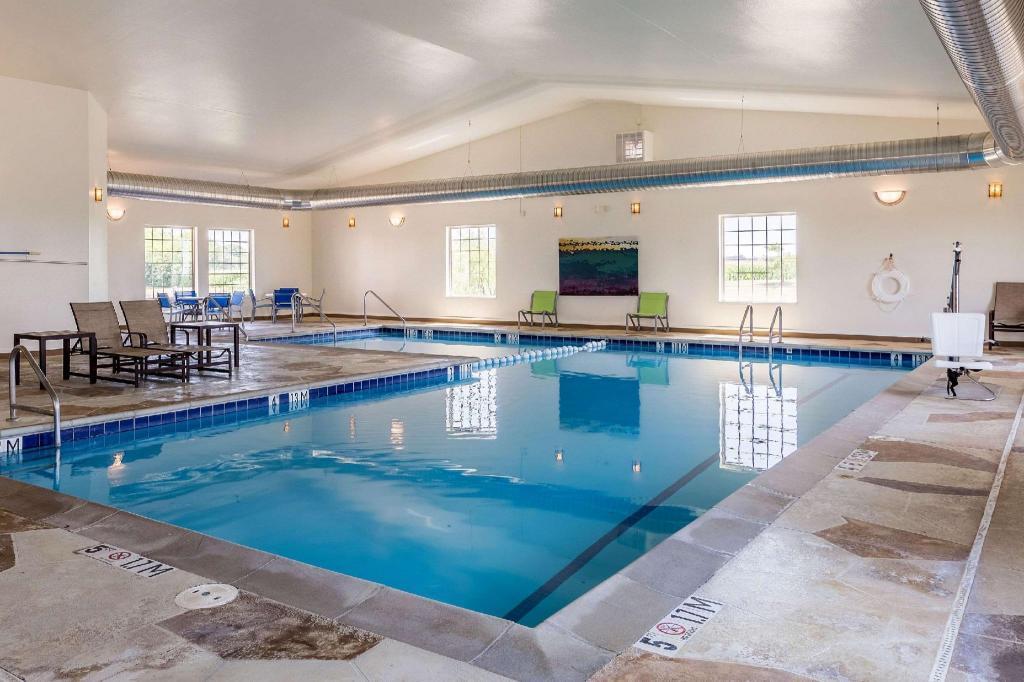 Comfort suites burlington in burlington ia room deals photos reviews for Aldershot swimming pool burlington