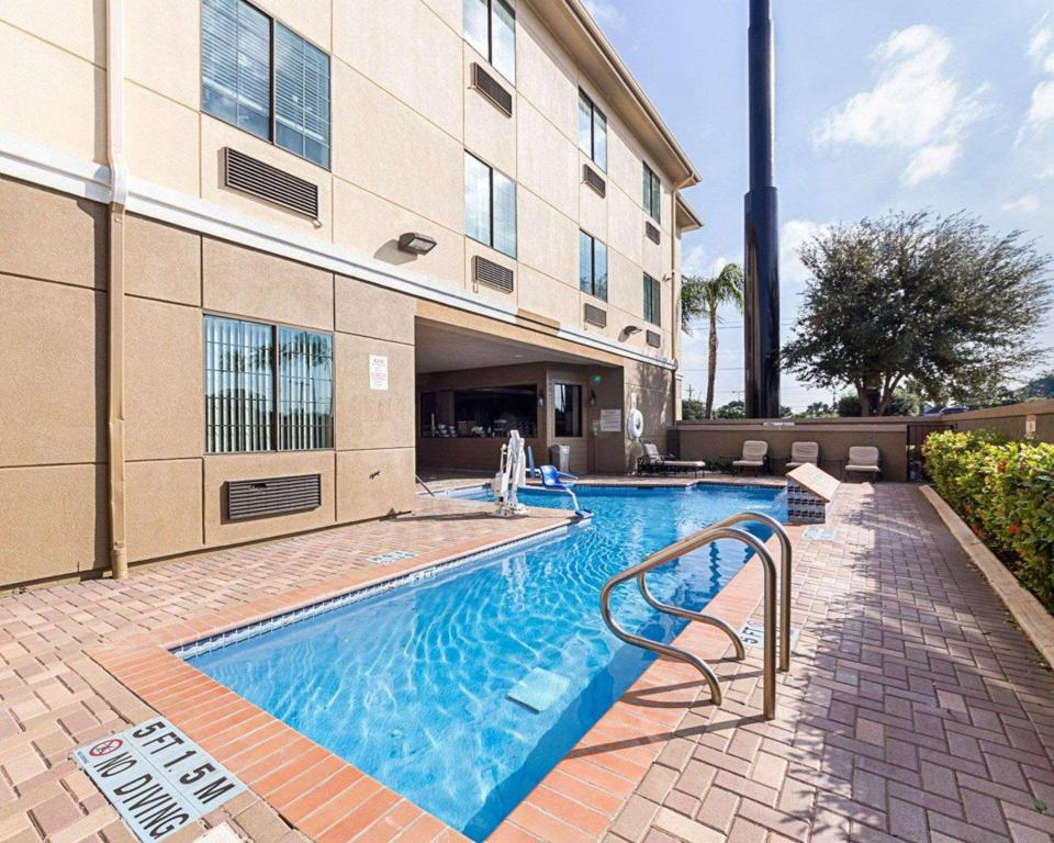 Swimming pool [outdoor] Comfort Suites At Plaza Mall McAllen