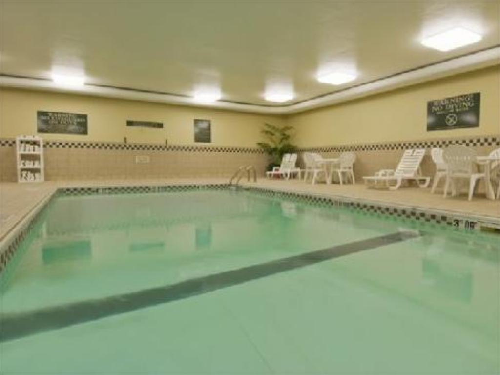 Swimming pool Country Inn & Suites by Radisson, Mishawaka, IN