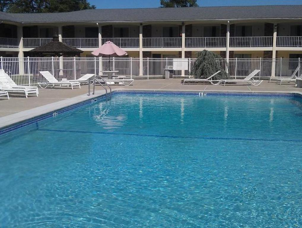 Swimming pool Crystal Inn Eatontown