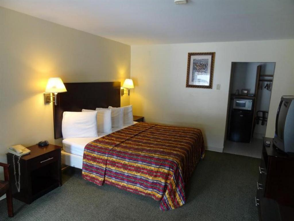 Standard King Room - Smoking Crystal Inn Eatontown