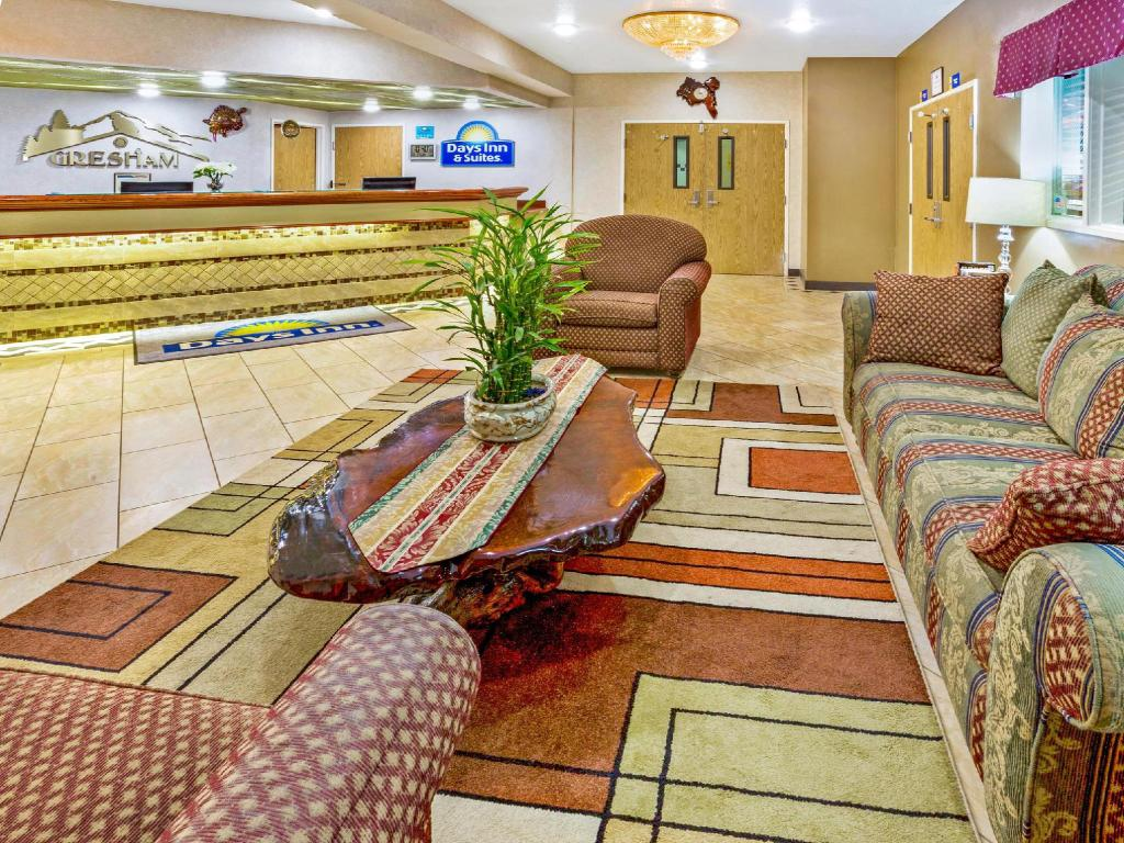 Lobby Days Inn & Suites Gresham