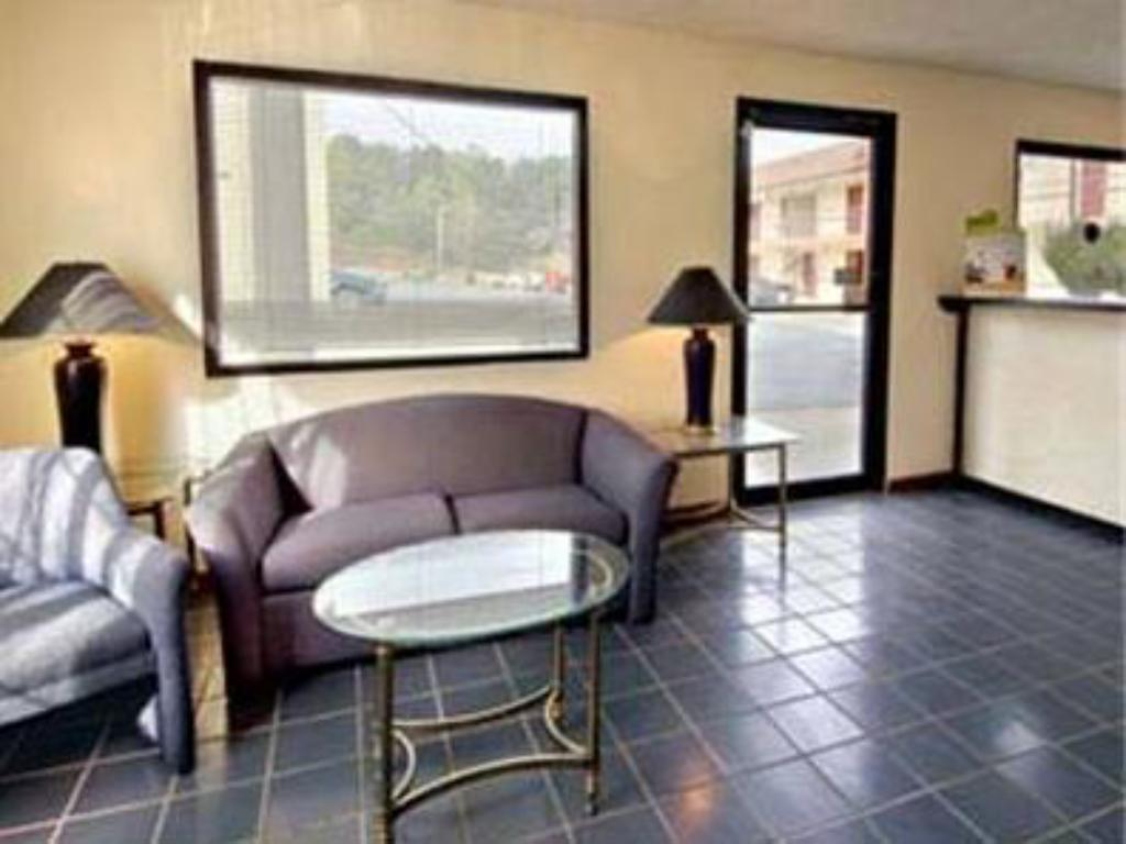 Lobby Days Inn Dahlonega