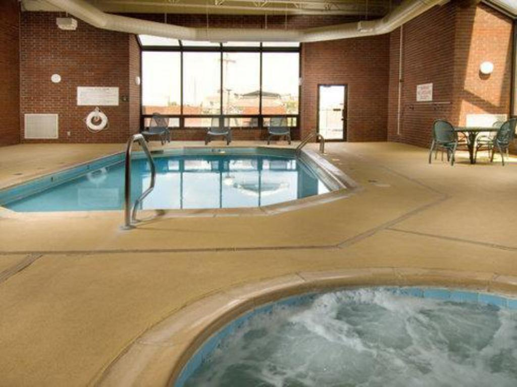 Swimming pool Drury Inn Paducah