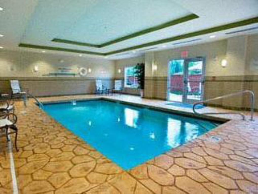 Swimming pool Fairfield Inn & Suites Cleveland
