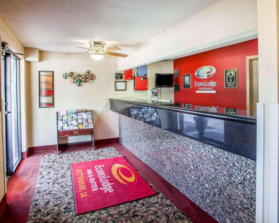 Lobby Econo Lodge Inn and Suites Bettendorf