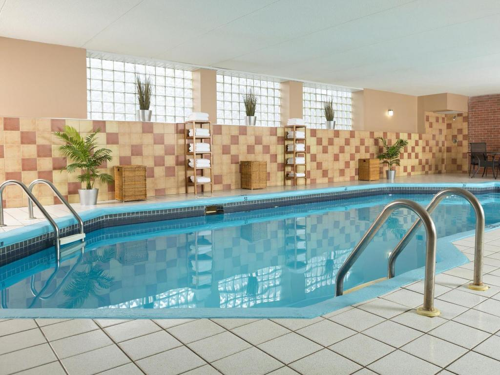 Swimming pool Best Western Laval-Montreal