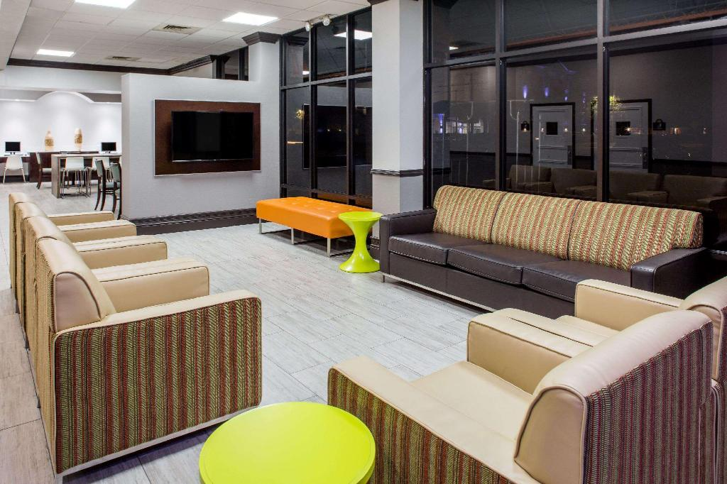 Lobby Days Inn & Suites by Wyndham Orlando Airport