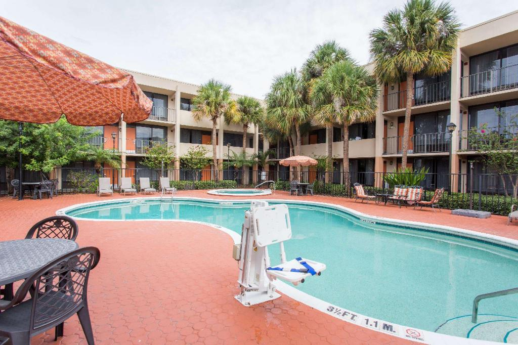 Swimming pool [outdoor] Days Inn & Suites by Wyndham Orlando Airport