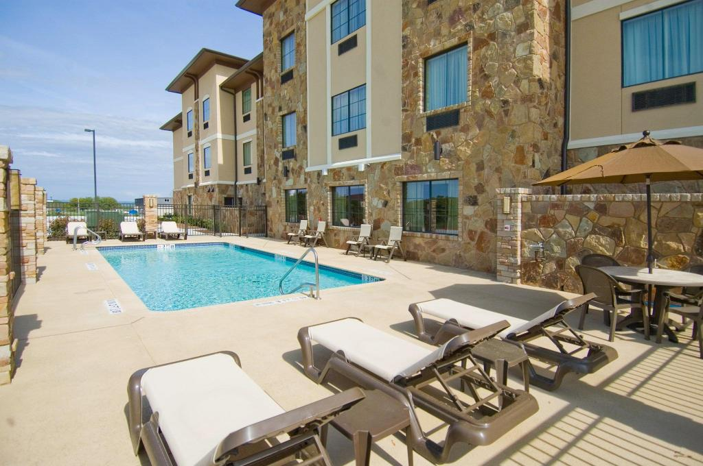 Swimming pool [outdoor] Holiday Inn Express Marble Falls