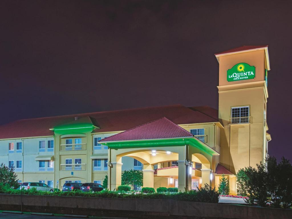 Exterior view La Quinta Inn & Suites Tulsa Airport / Expo Square