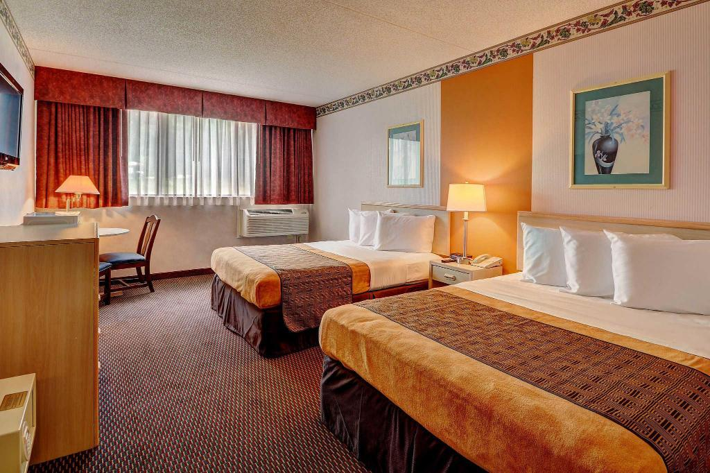 2 Queen Beds - Guestroom Rodeway Inn Springhills Lake George