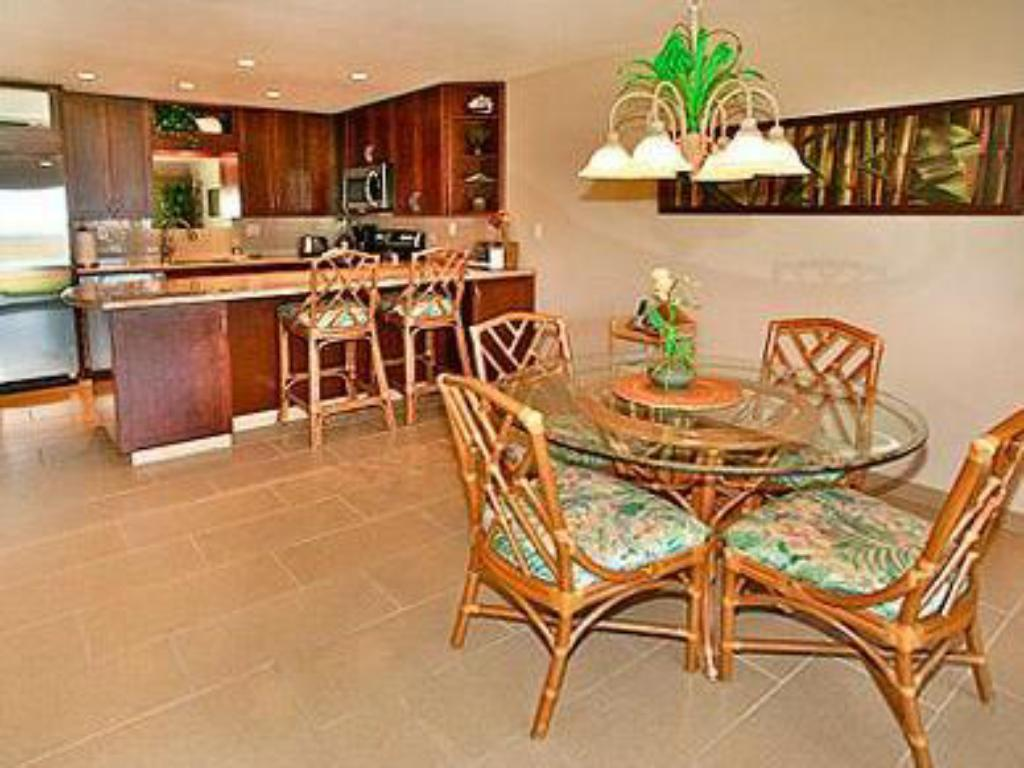 One Bedroom Apartment - Dining room/area Ma'alaea Surf Resort