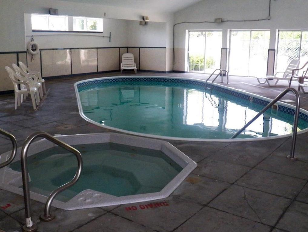 Swimming pool Motel 6 Olathe