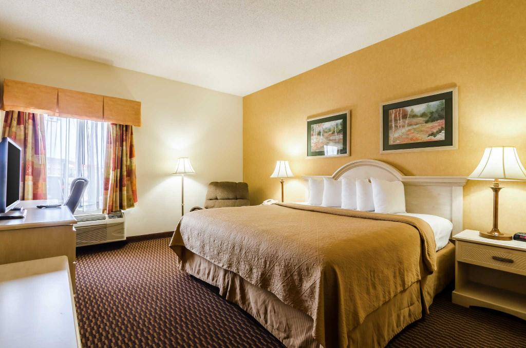 King Room with Whirlpool Bathtub Quality Inn & Suites