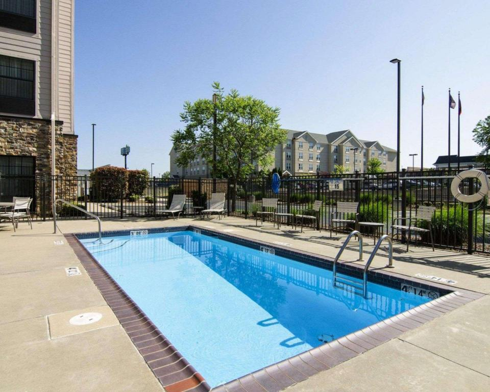 Swimming pool [outdoor] MainStay Suites Rogers