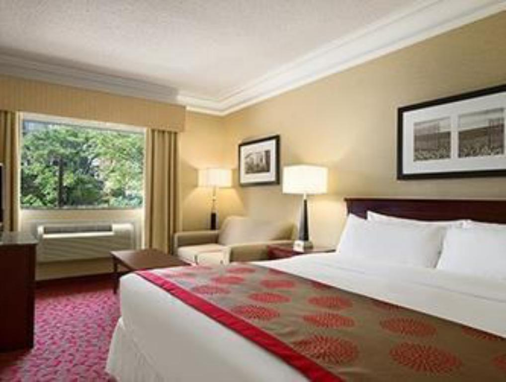 1 King Bed, Non-Smoking - Guestroom Ramada Plaza by Wyndham Toronto Downtown