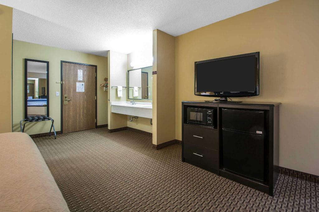 King Room - Non-Smoking Quality Inn and Suites Sun Prairie Madison East