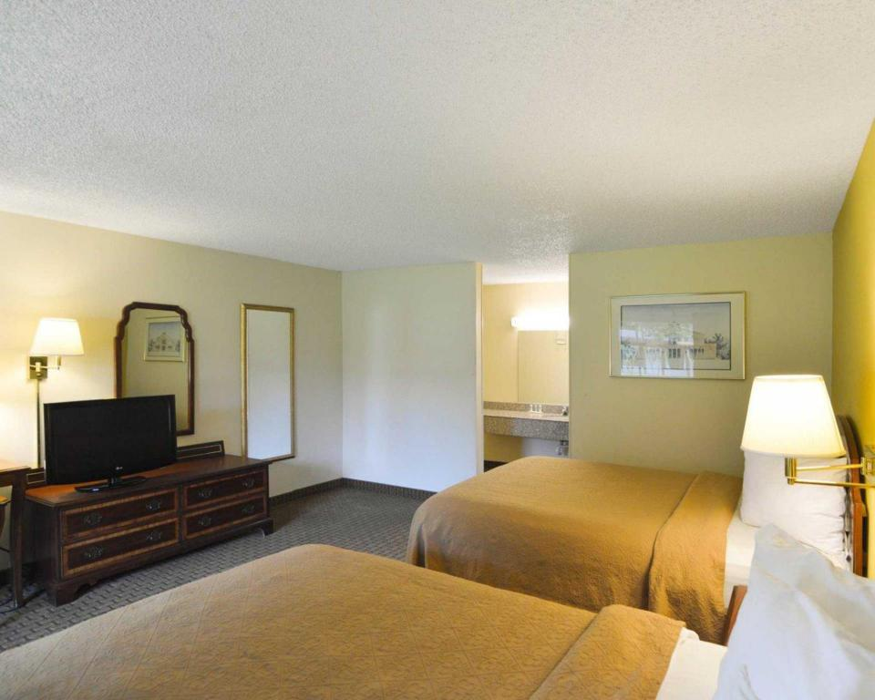 Queen Room with Two Queen Beds - Non-Smoking Quality Inn Gainesville