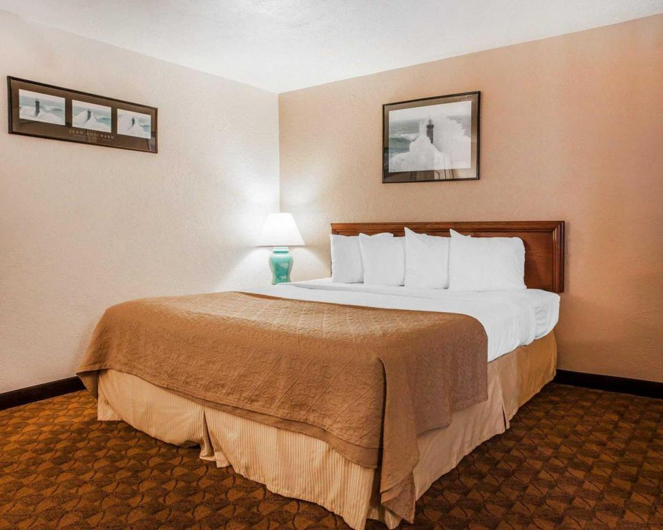 Queen Room - Non-Smoking Quality Inn Uptown