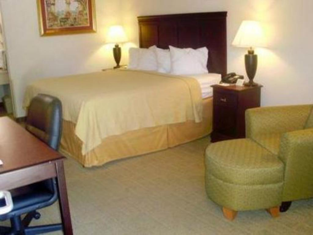 Queen Room - Non-Smoking - Guestroom Days Inn by Wyndham Uvalde