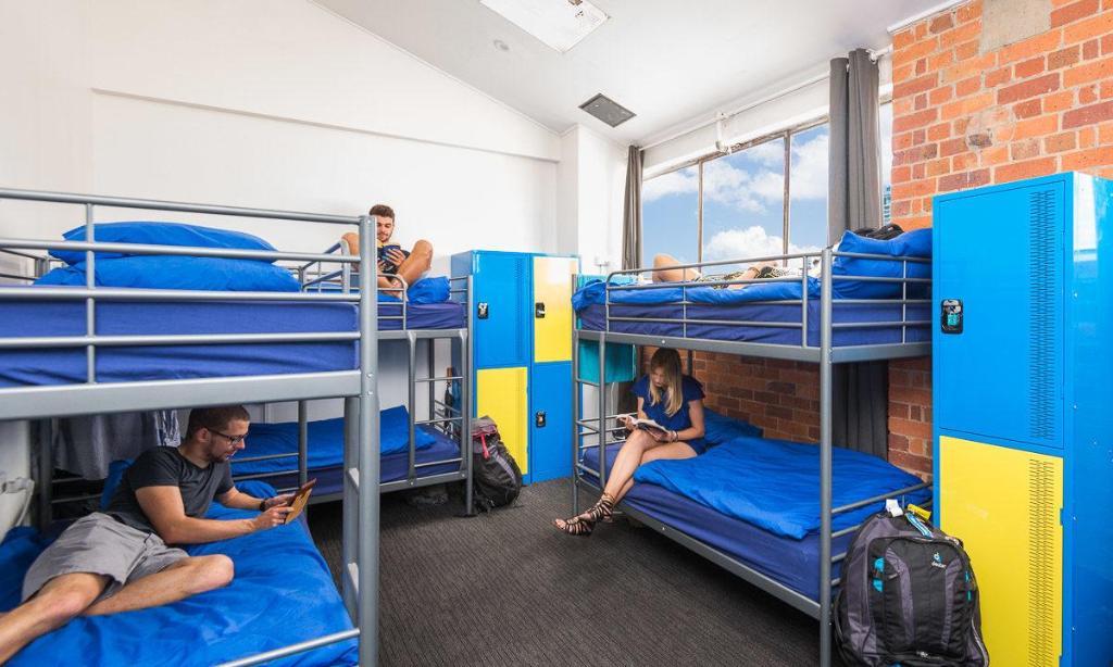 summer house backpackers. Black Bedroom Furniture Sets. Home Design Ideas