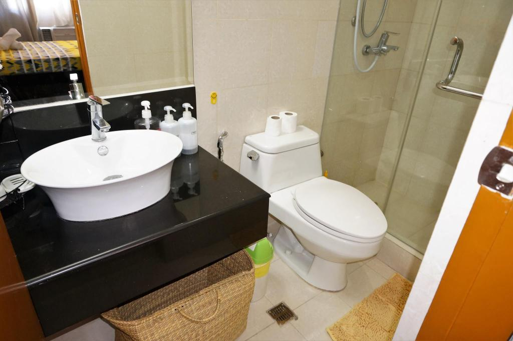 Bathroom 1 BR corner unit next to Marriott Hotel  (M4-4A)