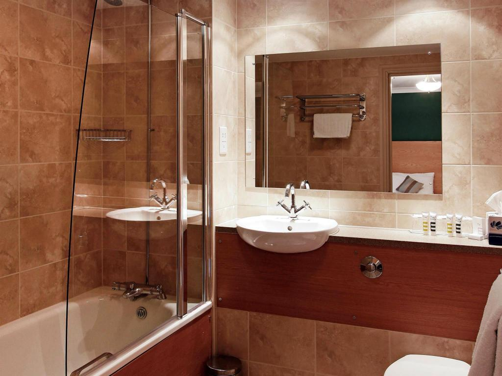 Standard Double Bed - Bathroom Mercure Altrincham Bowdon Hotel