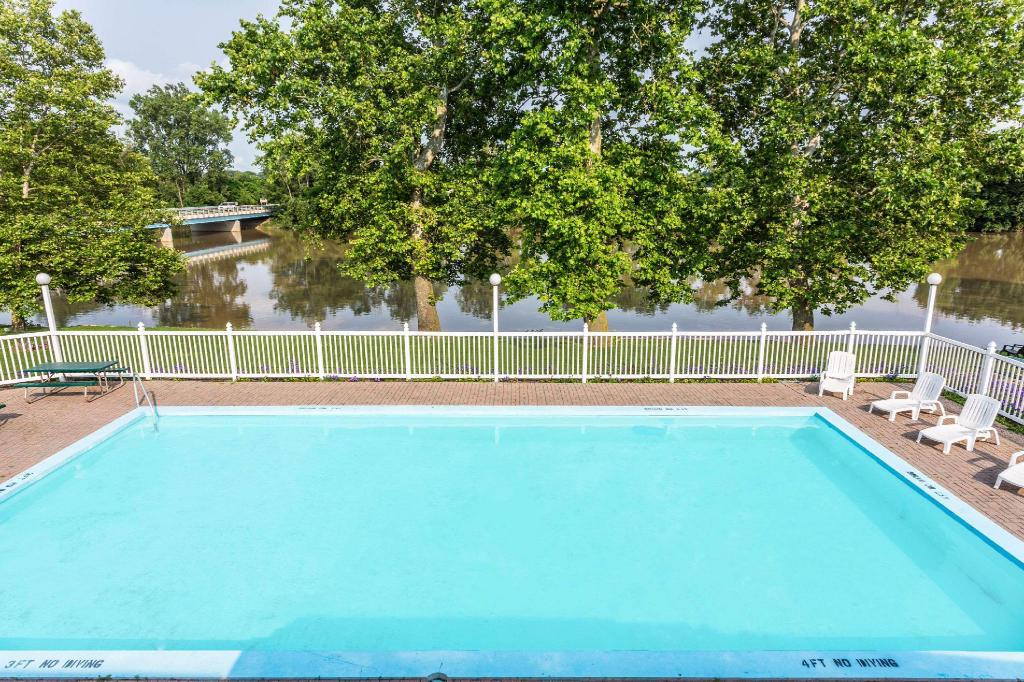 Swimming pool [outdoor] Days Inn by Wyndham Tiffin