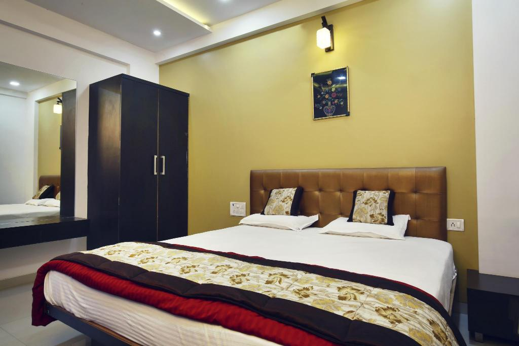 Deluxe Room 1 King Bed - Bed Hotel Girija