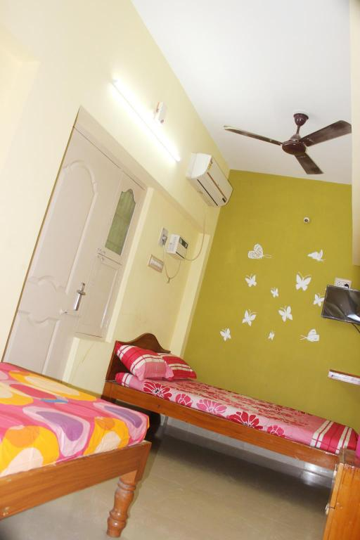 Standard Triple Air Conditioning - Guestroom Sai Murugan Lodge