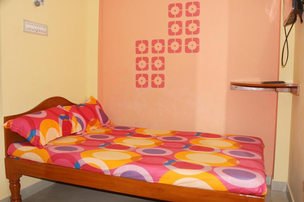 Budget Single Room - Bed Sai Murugan Lodge