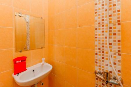Bathroom RedDoorz near Ciputra World Kuningan 2